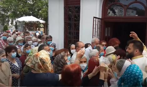 Imagini revoltătoare! Sute de oameni înghesuiți la o Biserică din Pitești. Preotul a leșinat în timpul slujbei - Video