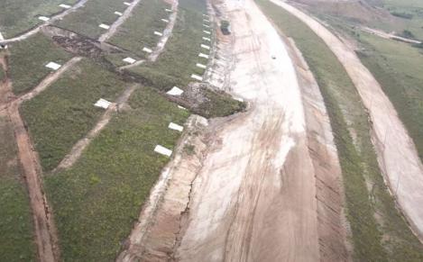 Alunecare de teren masivă pe lotul 1 al Autostrăzii Sebeş-Turda. Momentul în care dealul a luat-o la vale, acoperind oparte din viitoarea şosea(VIDEO)