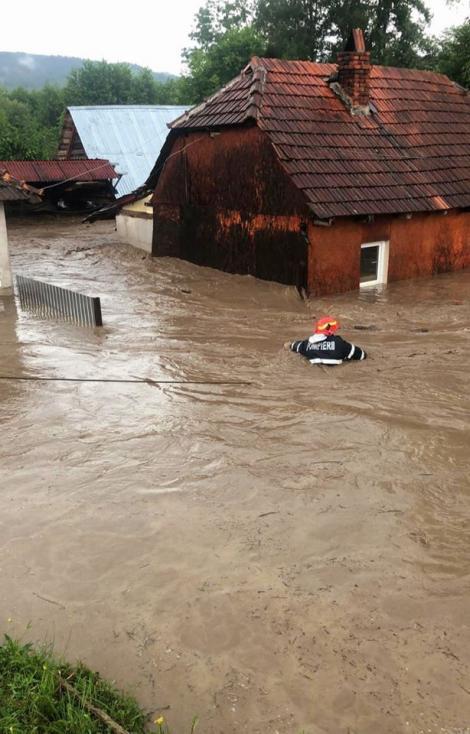 Pompierii au înotat prin apa până la gât pentru a salva oameni. Intervenţii dramatice în Bihor după o furtună de cod roşu