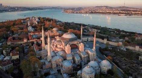 Grecii au răspuns conversiei Hagia Sofia din Istanbul în moschee cu rugăciuni şi steaguri coborâte în bernă