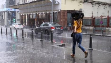 Ploi și grindină în județele în care nu e caniculă. ANM a emis un Cod roşu de averse şi vijelii