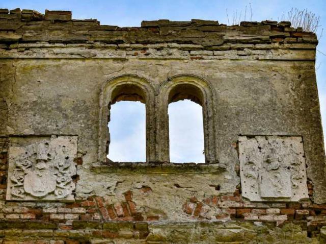"""A fost demolat castelul groazei de la Treznea. Ungurii au ucis, aici, 93 de români. """"Copii aruncați de vii în foc""""..."""