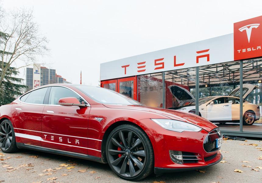 Acţiunile Tesla au crescut luni cu 13%, la un nivel record, susţinute de optimismul legat de livrările trimestriale solide