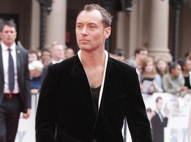 """Jude Law va juca rolul Căpitanului Hook în filmul live-action """"Peter Pan"""" produs de Disney"""