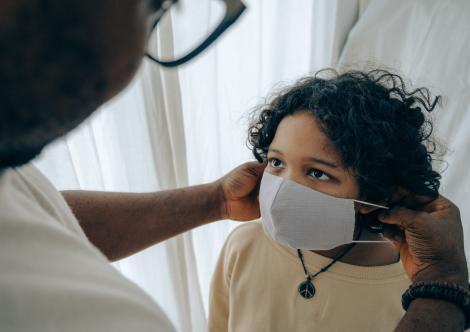 """Modul inedit în care cetățenii Berlinului sunt obligați să poarte masca de protecție CORECT: """"Dacă nu le pasă de coroanvirus, măcar de mirosuri"""""""