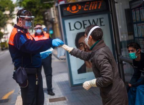 Încă o țară introduce obligativitatea purtării măștii pe stradă, din cauza creșterii numărului de cazuri