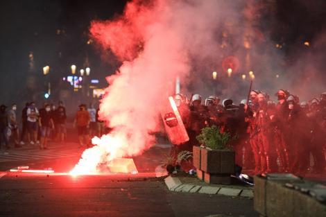 FOTO | Proteste violente în Serbia după reimpunerea stării de urgență. Clădirea Parlamentului din Belgrad a fost asaltată