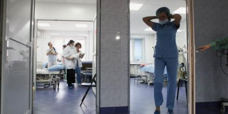 """Șapte persoane, între care infirmiere și asistente, depistate pozitiv după ce o pacientă a fost tratată """"relaxat"""". Personalul medical n-a purtat echipament de protecție"""