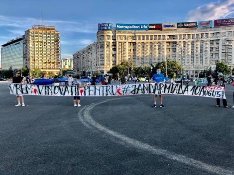 Proteste în Piaţa Victoriei – Un grup de persoane marchează doi ani de la evenimentele din 10 august, iar alt grup scandează împotriva dictaturii medicale