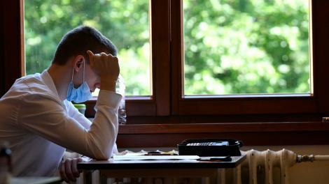 Purtarea măştii de protecție, obligatorie în timpul orelor, atât pentru elevi, cât și pentru profesori