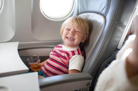 """O mamă a fost dată afară din avion, din cauza copilului ei: """"Este bolnav. Nu îl pot obliga să facă ce vor ei"""""""