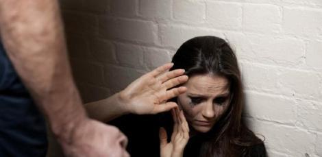 Violența domestică: Iohannis a promulgat legea prin care încălcarea măsurilor dispuse prin ordinul de protecţie e pedepsită cu închisoare de la 6 luni la 5 ani