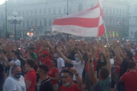 Bucuria nu ține cont de distanțare! Sute de oameni sărbătoresc în fața Primăriei din Arad promovarea echipei UTA în Liga 1 | Video