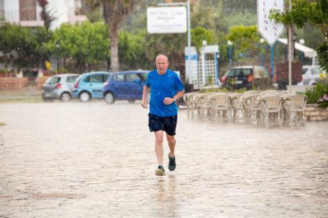 Jumătate din țară, măturată de furtuni și ploi torențiale. Meteorologii, anunț de ultim moment: Ce se întâmplă cu vremea în următoarele ore