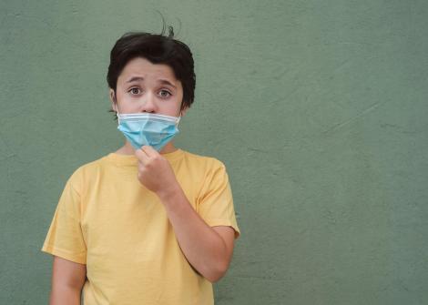 În casă, cu masca pe față!Începerea noului an școlar ar putea aduce noi restrciții. Scenariul pregătit de Alexandru Rafila