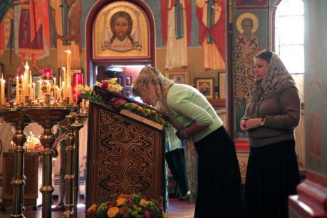 A sărutat toate icoanele! O infirmieră bolnavă de Covid-19 a mers la biserică, fără reținere! Poliția a prins-o prea târziu