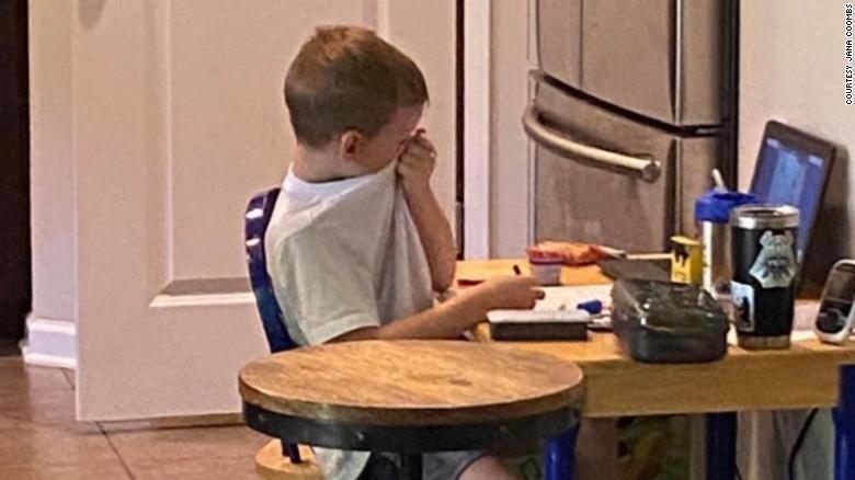 """Copil de cinci ani, în lacrimi, în timpul lecțiilor online. Mama lui a tras un semnal de alarmă: """"Nu e ușor pentru ei să nu meargă în clasă!"""""""