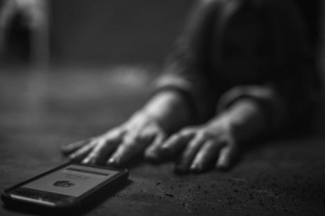 """Adolescentă de 15 ani, furată în toiul nopții din casă, la Hunedoara. Cel care a răpit-o, prins în fapt de polițiști: """"O ducea în spate, pe stradă!"""""""