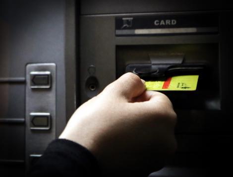 A găsit un card bancar pierdut și a crezut că a avut metoda perfectă ca să-l golească de bani! Ce a făcut, înainte să fie prins