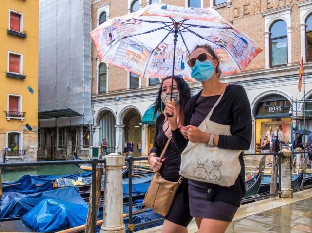 """Măști care vor arăta identic, anul acesta, la Veneţia. """"Orașul pe ape"""" dă startul festivalul de film, în ciuda pandemiei"""
