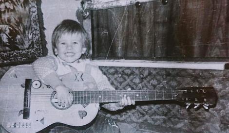Ghicește vedeta din imagini! În copilărie cucerea cu zâmbetul său, iar acum e unul dintre cei mai populari artiști din România
