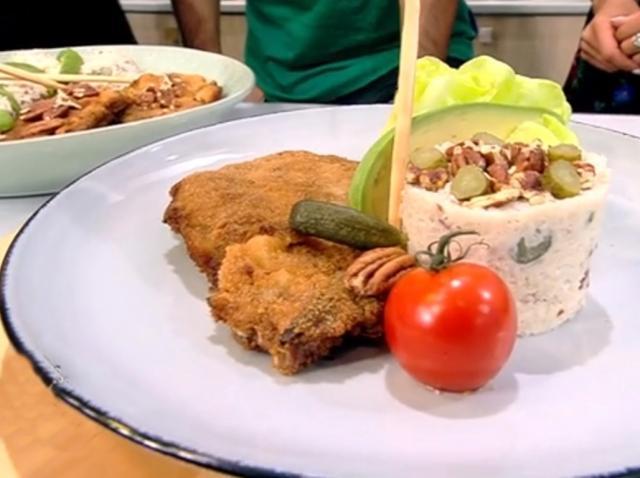 Șnițele din ceafă de porc și salată de conopidă cu maioneză și iaurt