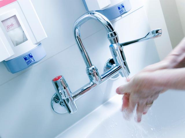 Spală-te pe mâini imediat după ce atingi următoarele 10 obiecte. Sunt pline de germeni