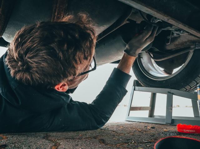 Cum îţi repari maşina atunci când ai un buget limitat?