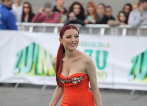 Elena Gheorghe în rochie roșie