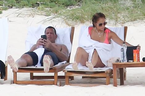 Jennifer Lopez, fără retuș. A fost fotografiată în costum de baie alături de Alex Rodriguez