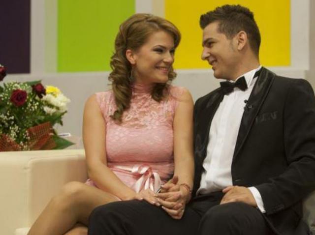 Alexandra Apostol și Dragos Bănicioiu, in timpul emisiunii MPFM 1, fotografiati cand se uita unul la altul