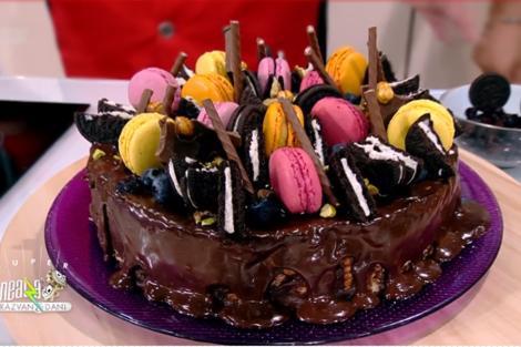 Desert cu iz de copilărie: Tort de biscuiți cu ciocolată și fructe