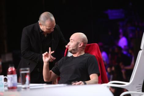 mihai bendeac stand pe scaun in juriul iumor si dan badea langa el