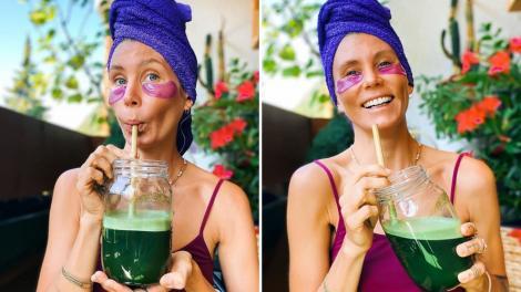 femeia care nu a mai baut apa de un an cu prosop albastru pe cap si un recipient din care bea suc natural de fructe