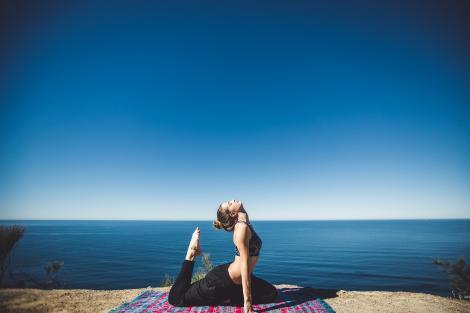 Scapă de stres și îmbunătățește-ți sănătatea cu yoga și … un mic ajutor natural!