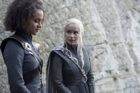 emilia clarke in rolul lui daenerys in game of thrones