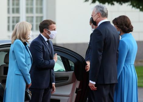 macron si sotia lui alaturi de presedintele lituaniei si sotia sa in afara palatului, in lituania, purtand masti de protectie