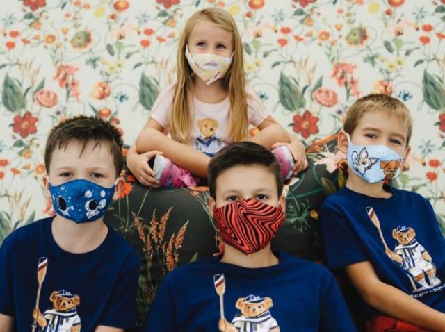 copii purtand masti de protectie colorate