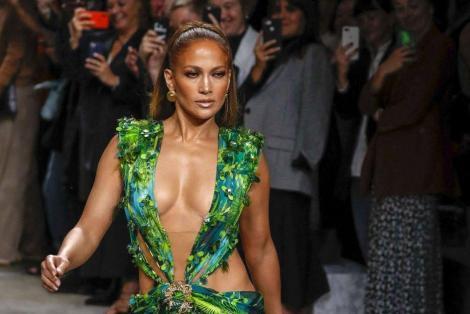 Jennifer Lopez în celebra rochie verde semnată Versace