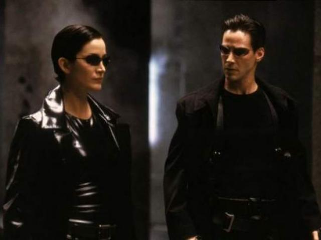 De ce purtau toate personajele din Matrix ochelari de soare. Motivul  s-a aflat la 21 de ani de la premiera filmului