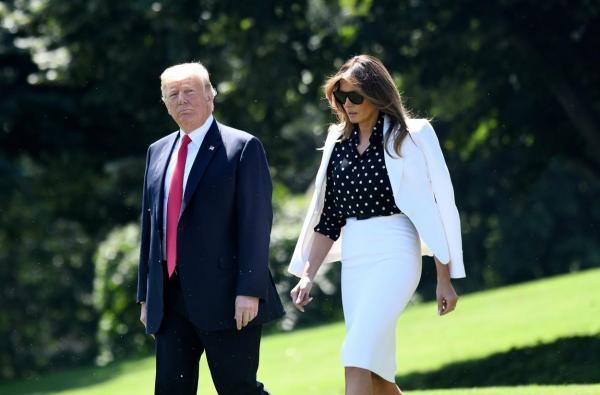 Donald și Melania Trump, fotografiați împreună în aer liber, în timpul unei plimbări