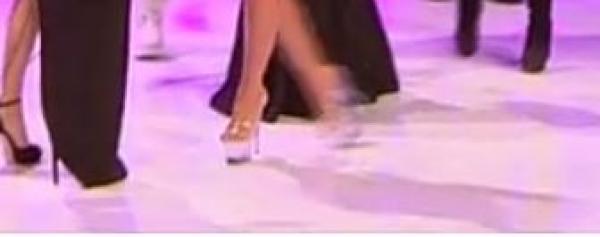 sandalele purtate de ruby la revelionul starurilor 2021, care sunt transparente si foarte inalte