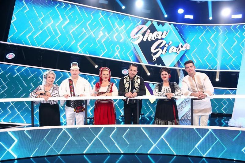 """Vedetele invitate la emisiunea """"Show și-așa"""" de la Antena 1, stând la masă"""