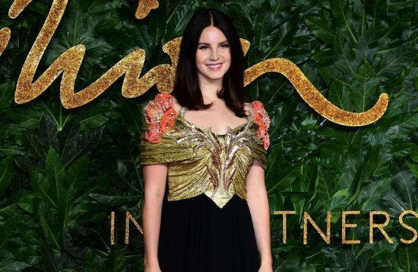 Lana Del Rey, fotografiată pe covorul roșu la evenimentul Fashion Awards 2018