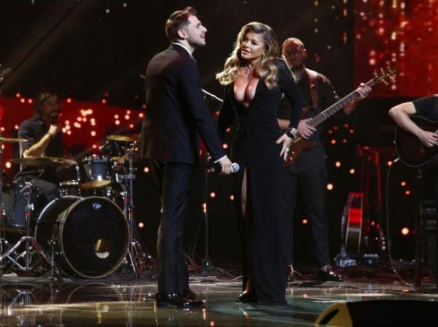 Loredana Groza într-o rochie neagră, decoltată, alături de Adrian Petrache, îmbrăcat la costum, pe scena X Factor 2020