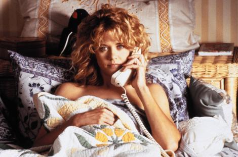 Meg Ryan, scena din film cand era tanara, in pat, cu telefonul la ureche