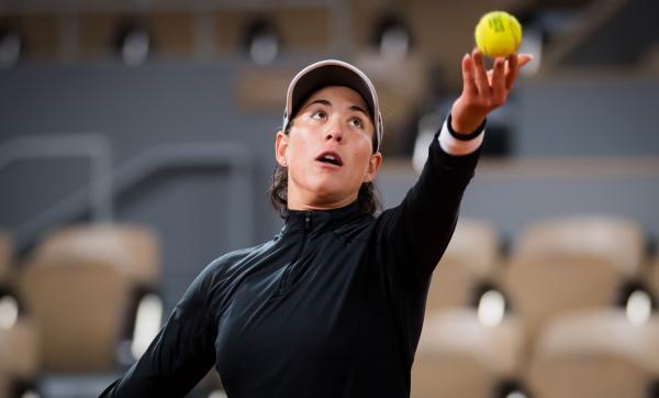 tenismena din Spania Garbiñe Muguruza, într-o ținută neagră, pe terenul de tenis