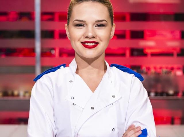 """Rahela Pâslaru, purtând tunica de bucătar în bucătăria emisiunii """"Chefi la cuțite"""" sezonul 8"""