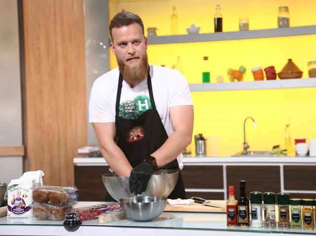 """Robert Vasiliu (Ragnar Vikingul), gătind în bucătăria """"Chefi la cuțite"""", sezonul 8"""