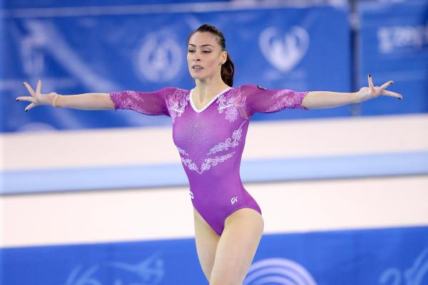 Catalina ponor imbracata intr-un costum mov de gimnasta